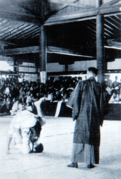 Sankaku-jime applied at the 1920 Kosen Taikai.